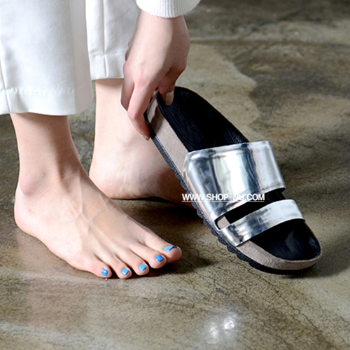 CUT OUT METALLIC SILVER LEATHER SLIDE`1`3