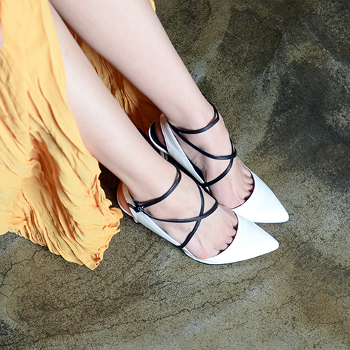 WHITE PATENT LEATHER BACKLESS PUMPS 9
